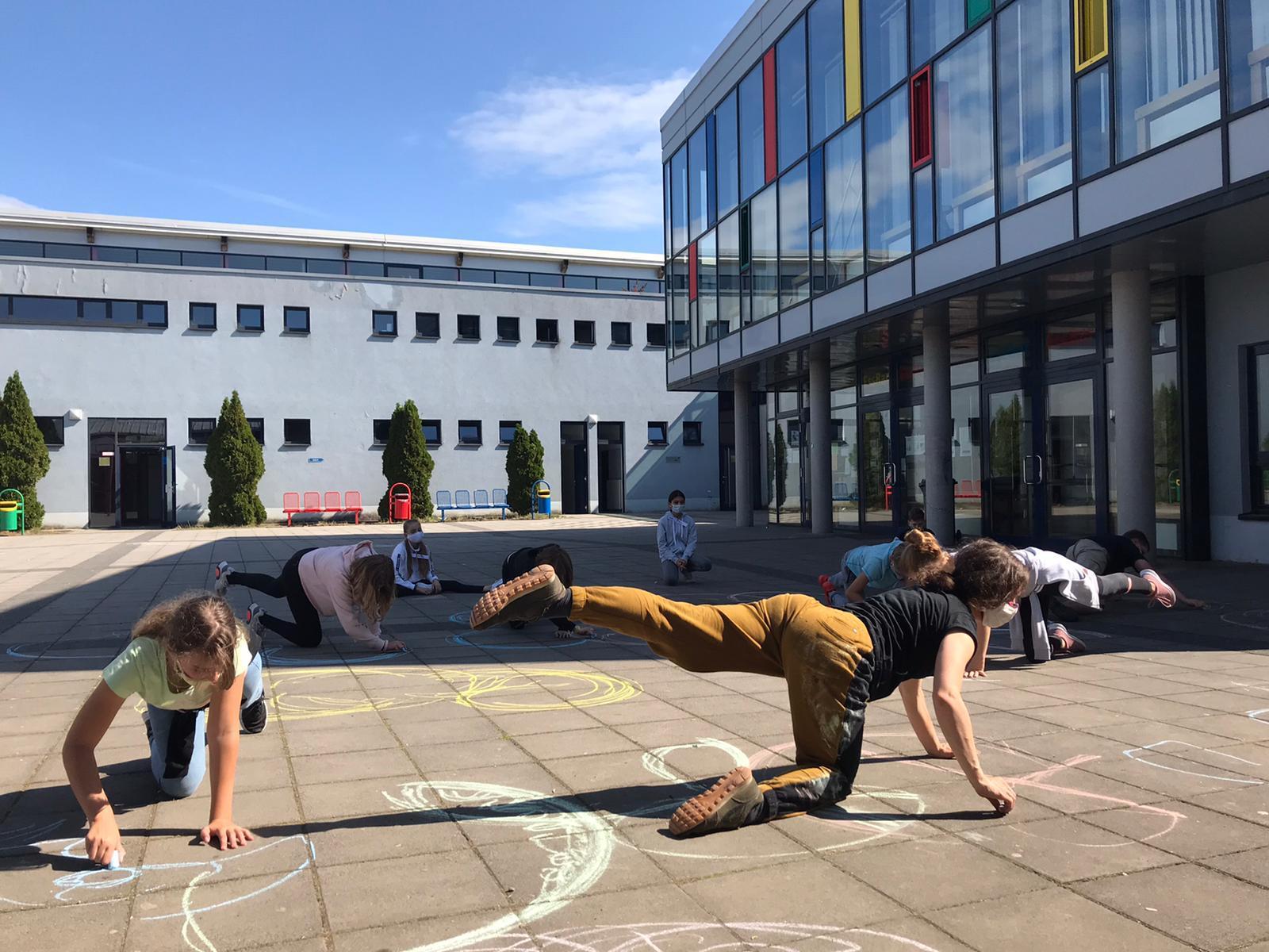"""Tanz wird zur Zeichnung oder: Die Schüler*innen entdecken die """"Grenzen"""" ihres Körpers"""
