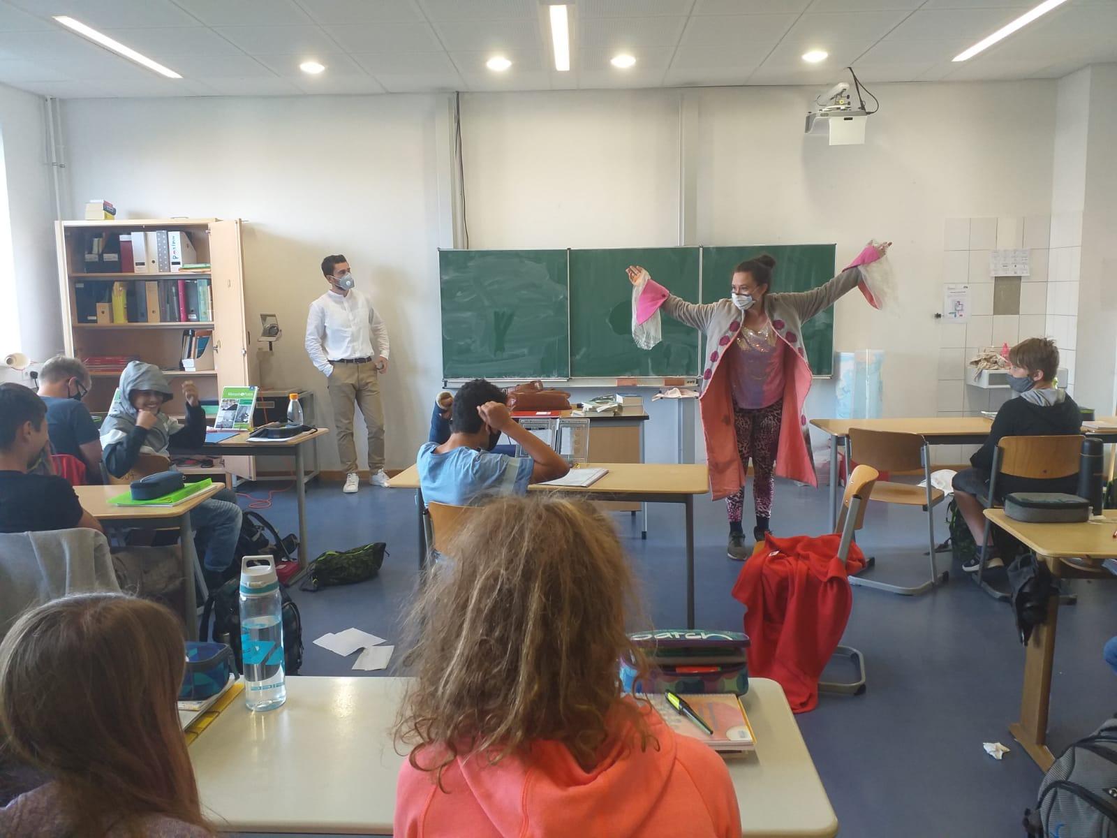 Die fliegende Künstlerin fliegt von Klassenzimmer zu Klassenzimmer